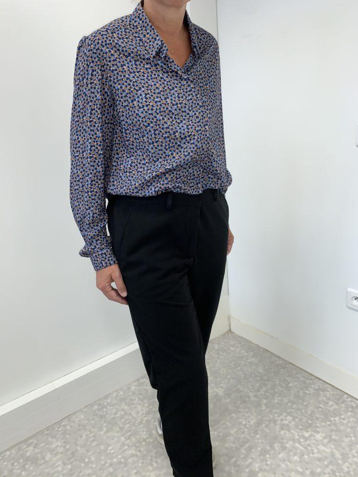 chemisier et pantalon adaptés pour seniors faciles à enfiler et à fermer habillage seul chemisier Charlotte imprimé bleu et pantalon Pauline noir