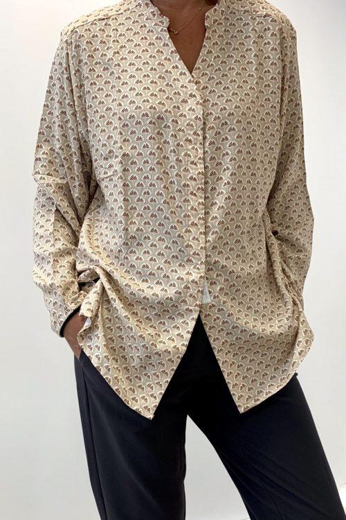 Tunique femme imprimé beige adaptée pour seniors facile à enfiler et à fermer habillage seul