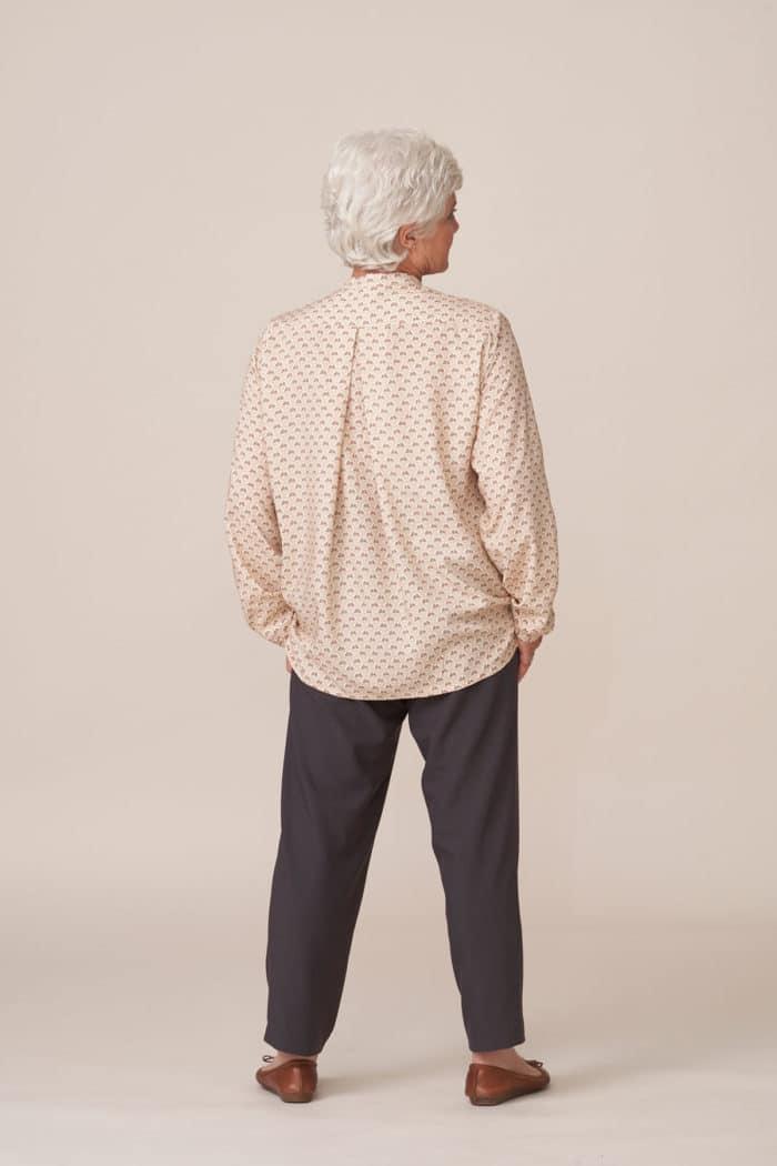 forestime vetements seniors silhouette tunique imprimée beige thelma pantalon taupe pauline vue dos