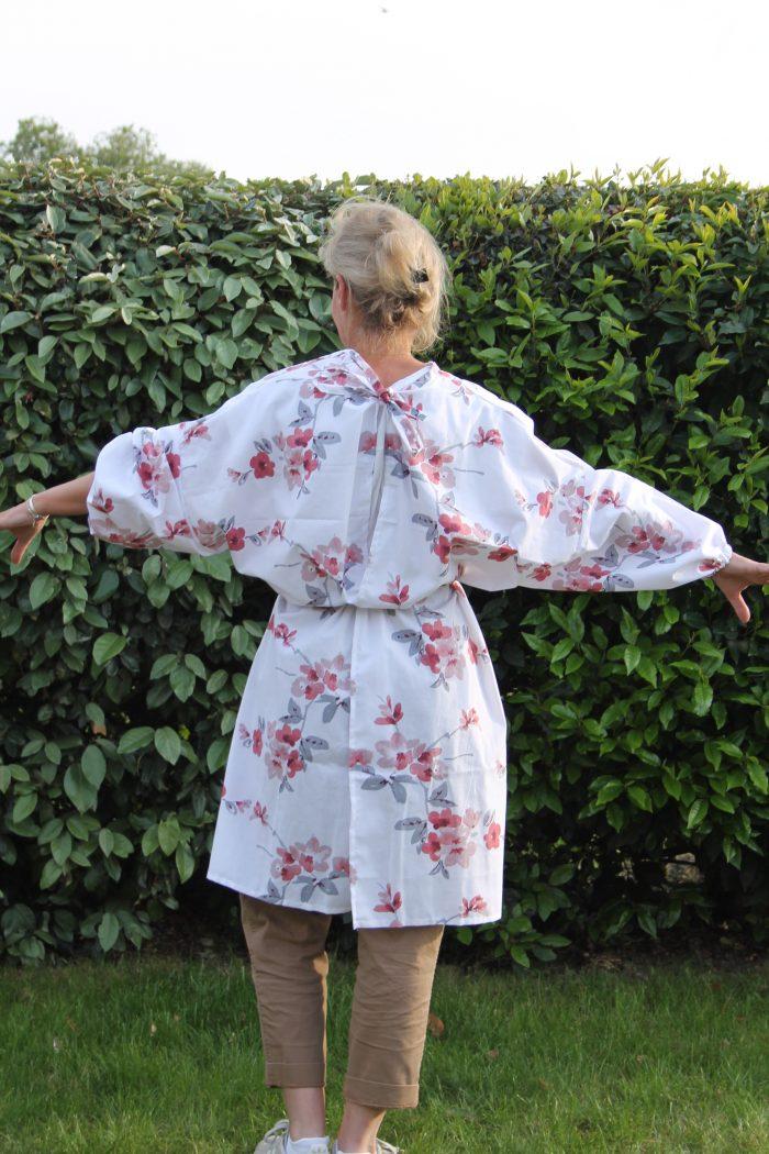surblouse lavable en tissu imprimé fleurs fond blanc La Romantique vue portée de dos