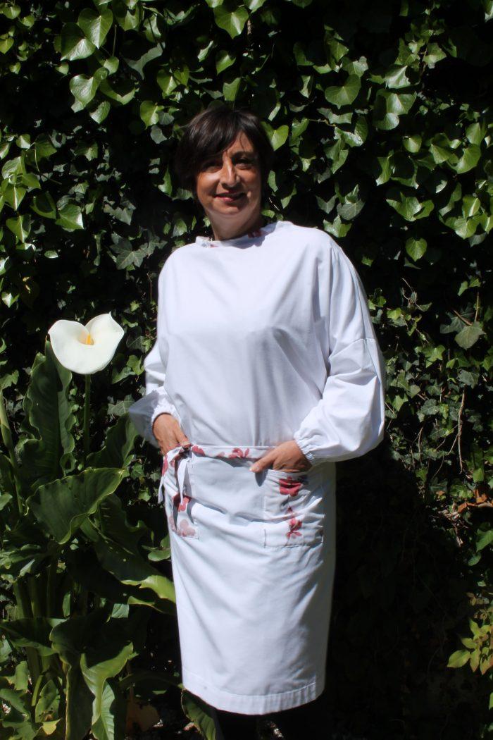 surblouse lavable en tissu blanc avec détails fleurs La discrète, vue portée