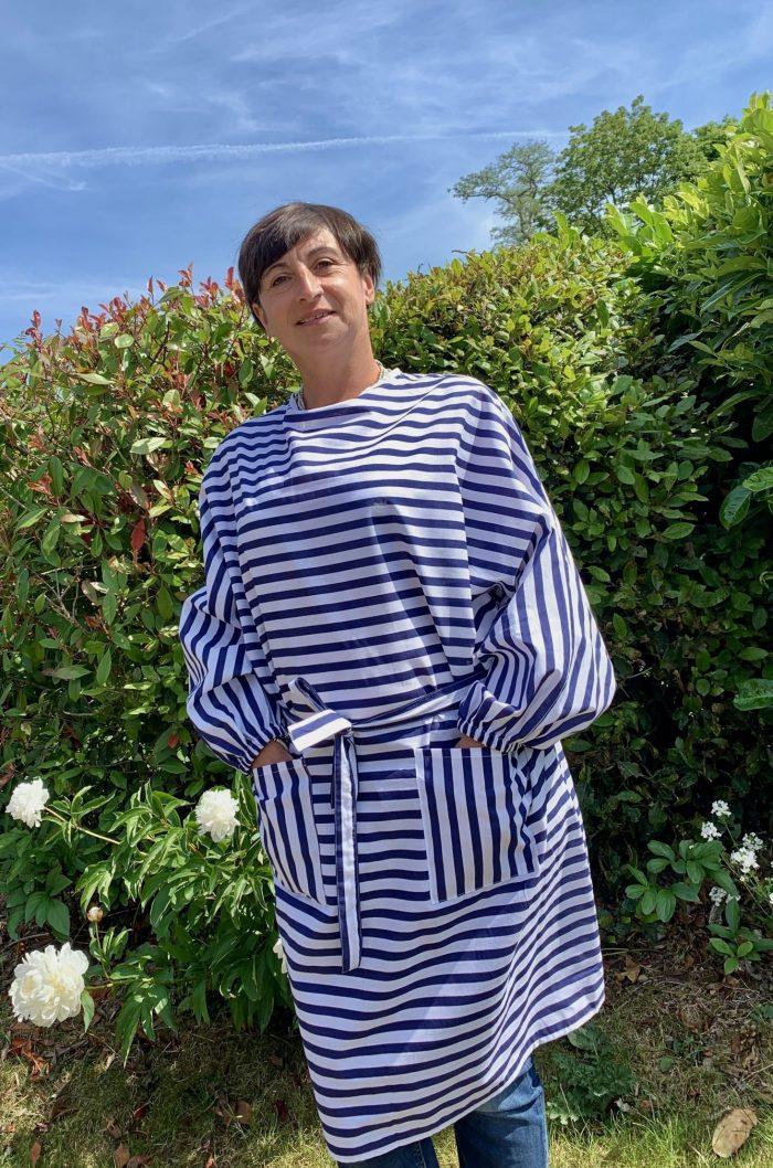 surblouse lavable en tissu rayé marine blanc La Marinière, vue portée sur femme