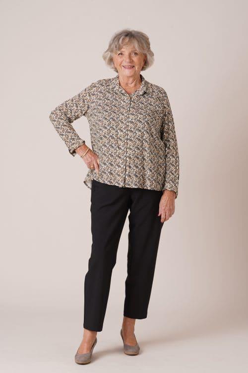 vêtements adaptés pour seniors chemisier fermé par aimant pantalon noir pour senior