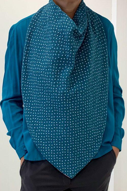 foulard de table qui remplace le bavoir adulte, modèle flore coloris bleu canard