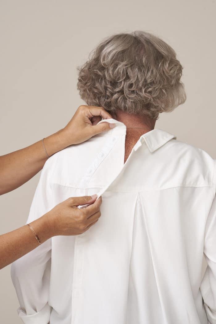 chemisier chic et élégant pour senior dépendant habillage facilité fermeture dos par aimants