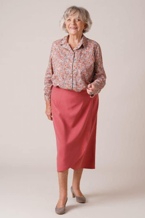 Jupe Julie pour personnes âgées framboise avec chemisier Charlotte fleurs roses
