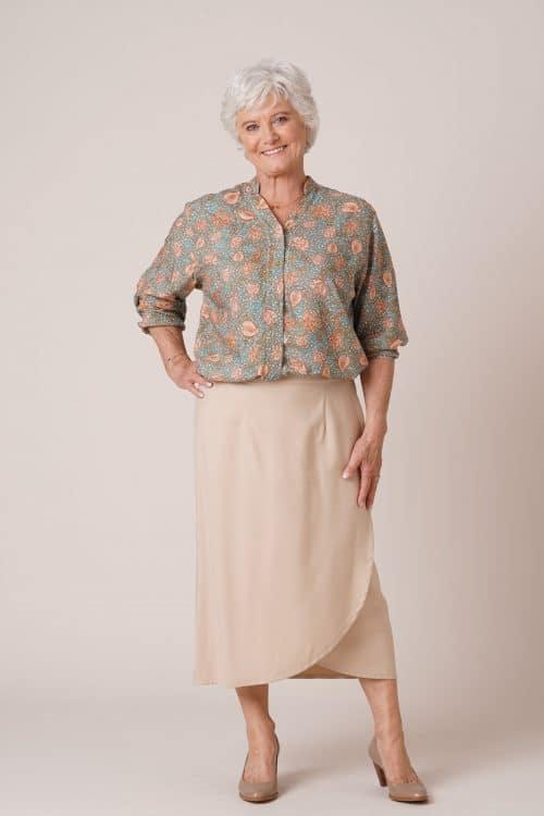 Jupe portefeuille beige pour personne âgée avec tunique verte