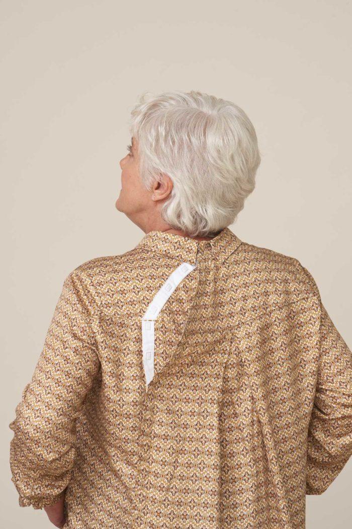 forestime vetement senior chemise adapté senior clara beige ouverture dos