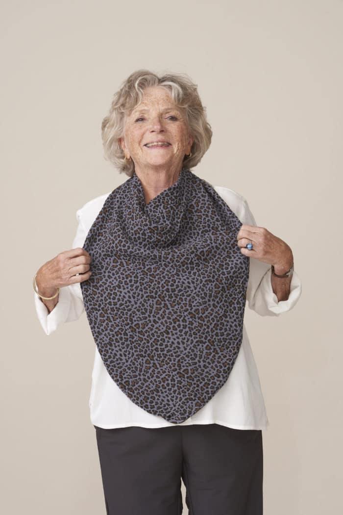 bavoir adulte façon foulard pour senior imprimé léopard