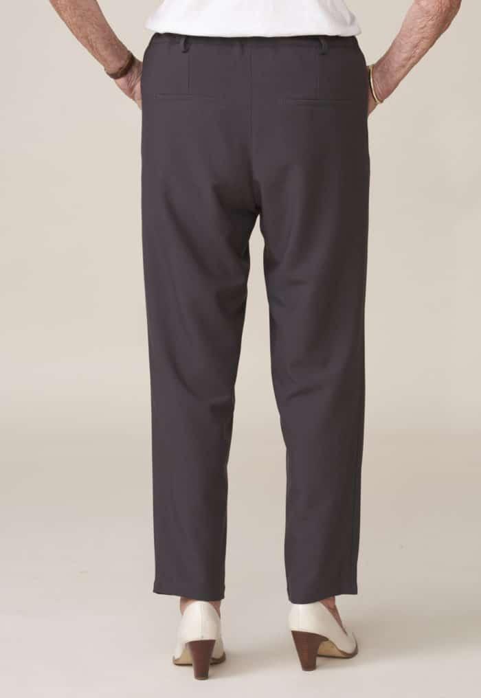 pantalon conçu pour personne âgée dépendante facile à enfiler par un aidant