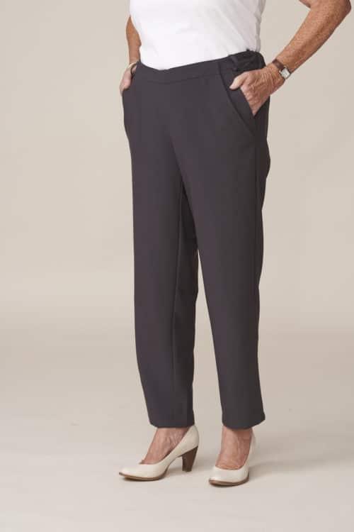 pantalon conçu pour senior dépendant facile à enfiler par un aidant