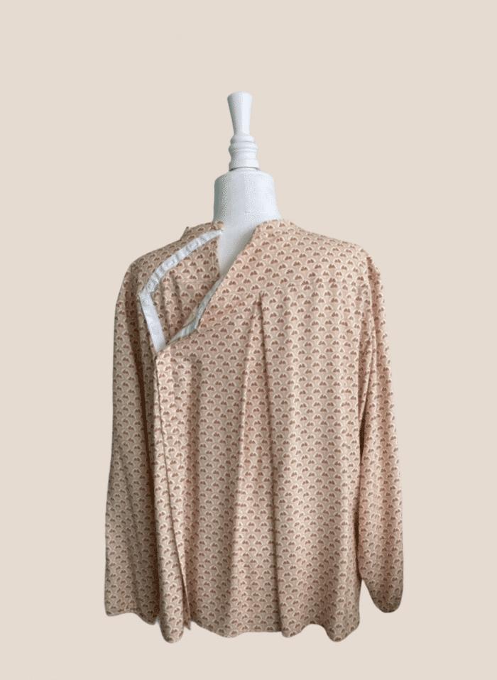 Tunique Thaïs vue de dos, ouverture par aimants pour habillage facile et rapide par un aidant ou un soignant, tunique senior