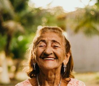 forestime vetement senior femme senior souriante