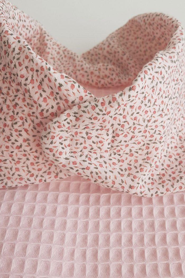 bavoir ehpad foulard de table rose poudré imprimé fleurs fermeture par aimants