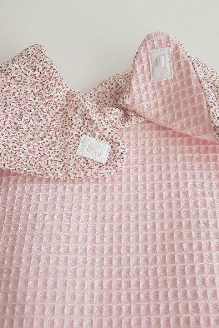 bavoir adulte foulard de table en gaze de coton rose poudré imprimé fleurs dessous nid d'abeille fermeture par aimants
