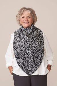 Foulard Flore gris clair imprimé léopard. Fermeture dans le dos par aimant, remplace le bavoir pour adulte.