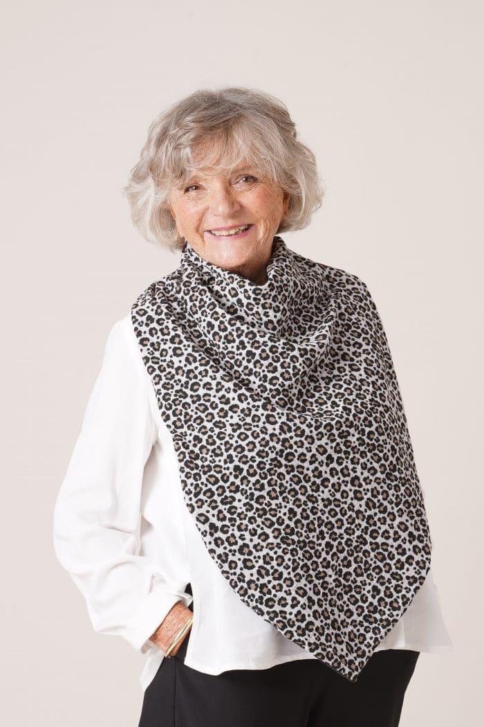 bavoir adulte pour senior Flore imprimé léopard gris clair