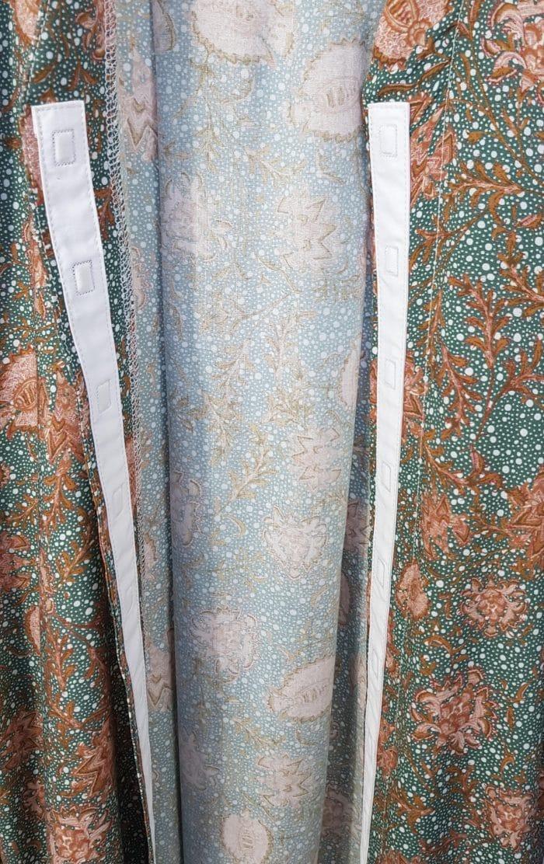 Voici un zoom de la robe Rosalie imprimé vert. On peut y voir de plus près le design et les détails chics de la robe. On peut également voir la fermeture en aimants, qui garantie un habillage simple et rapide.