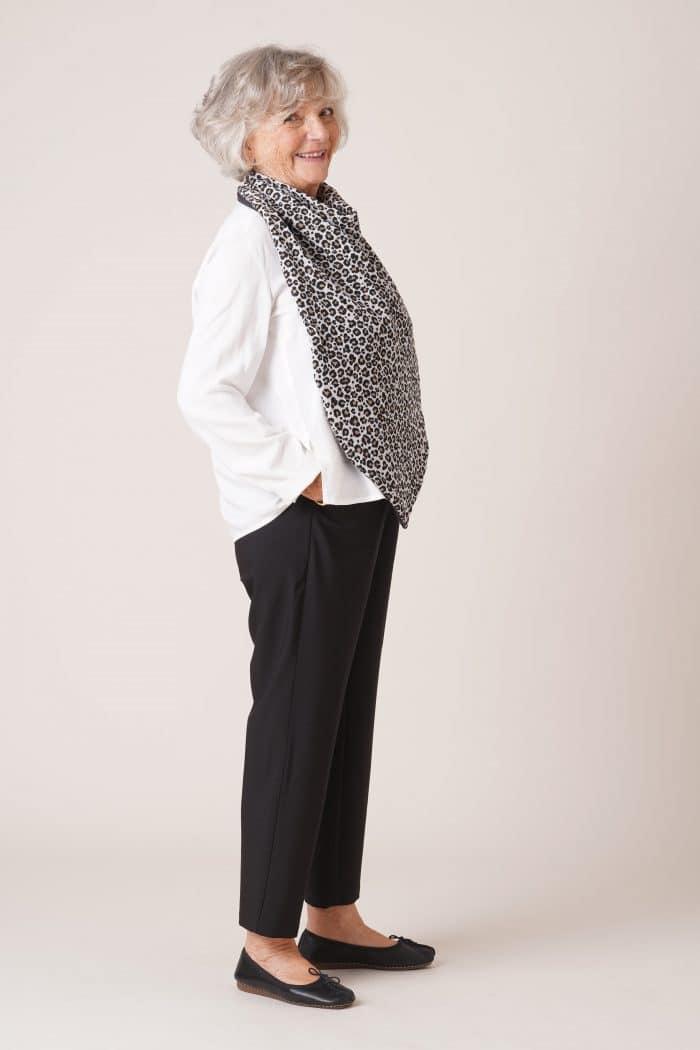 vêtements pour personnes âgées bavoir adulte imprimé gris léopard sur chemise blanche et pantalon noir
