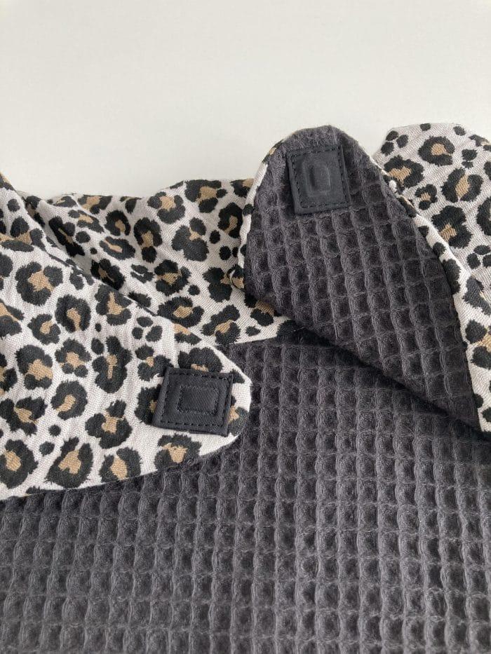 Zoom foulard Flore gris clair imprimé léopard. Fermeture ouverte par aimant, zoom sur la texture nid d'abeille absorbant.
