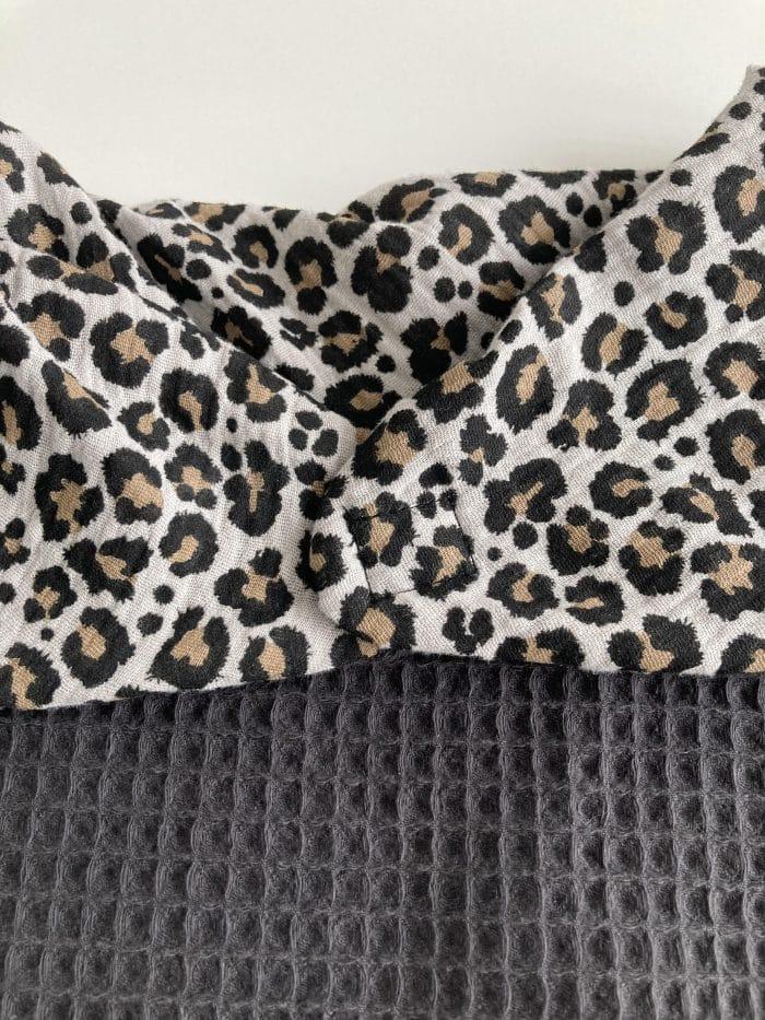 Zoom foulard flore gris clair imprimé léopard. Fermeture par aimants, design moderne et élégant.