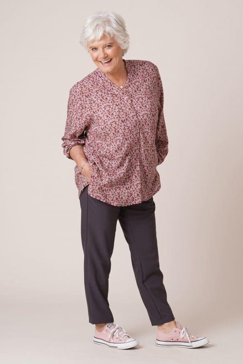 Tunique pour personnes âgées Thelma rose foncé sur pantalon pauline taupe