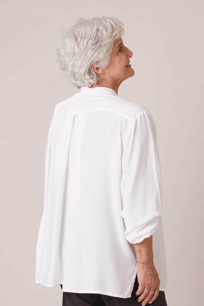 Dos de chemise Thaïs blanche pour personne âgée dépendante sans boutons fermée par aimants au dos