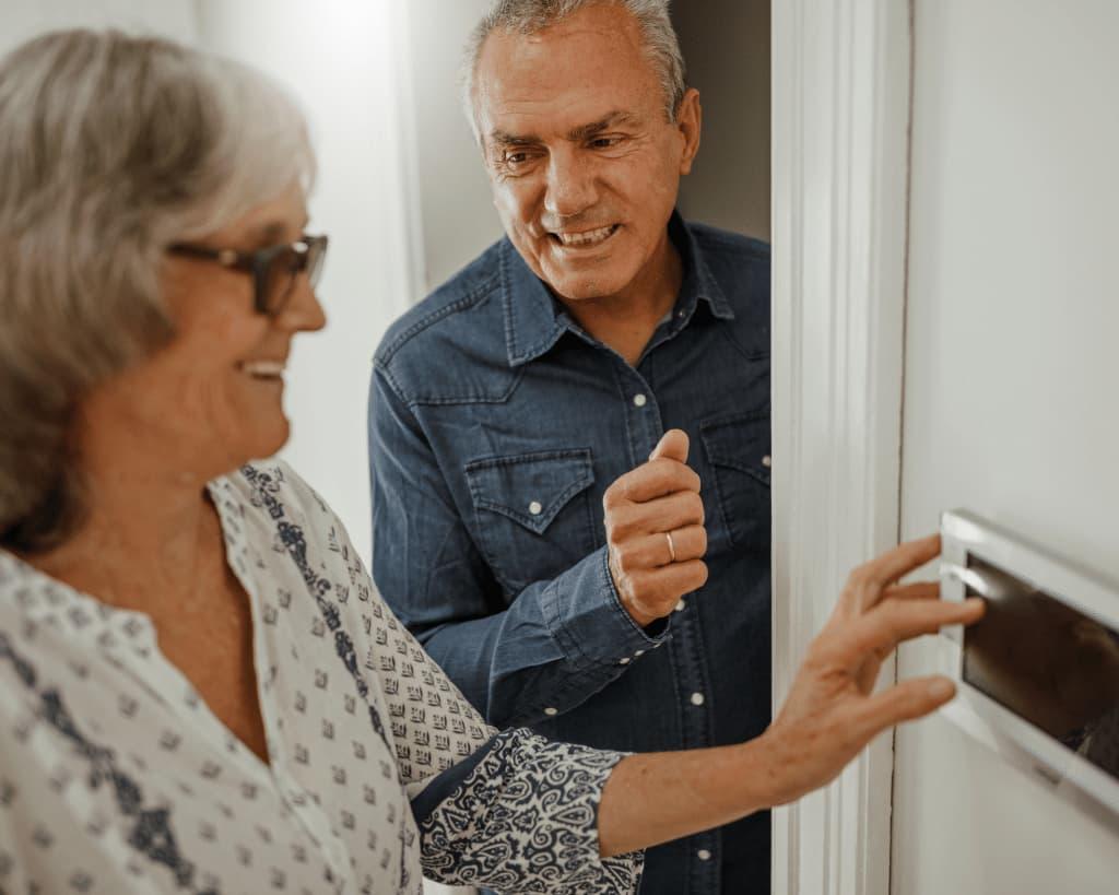 personnes âgées utilisant domotique