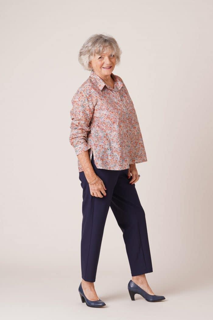 Chemisier en coton pour personnes âgées Charlotte fleurs roses sur pantalon pauline marine