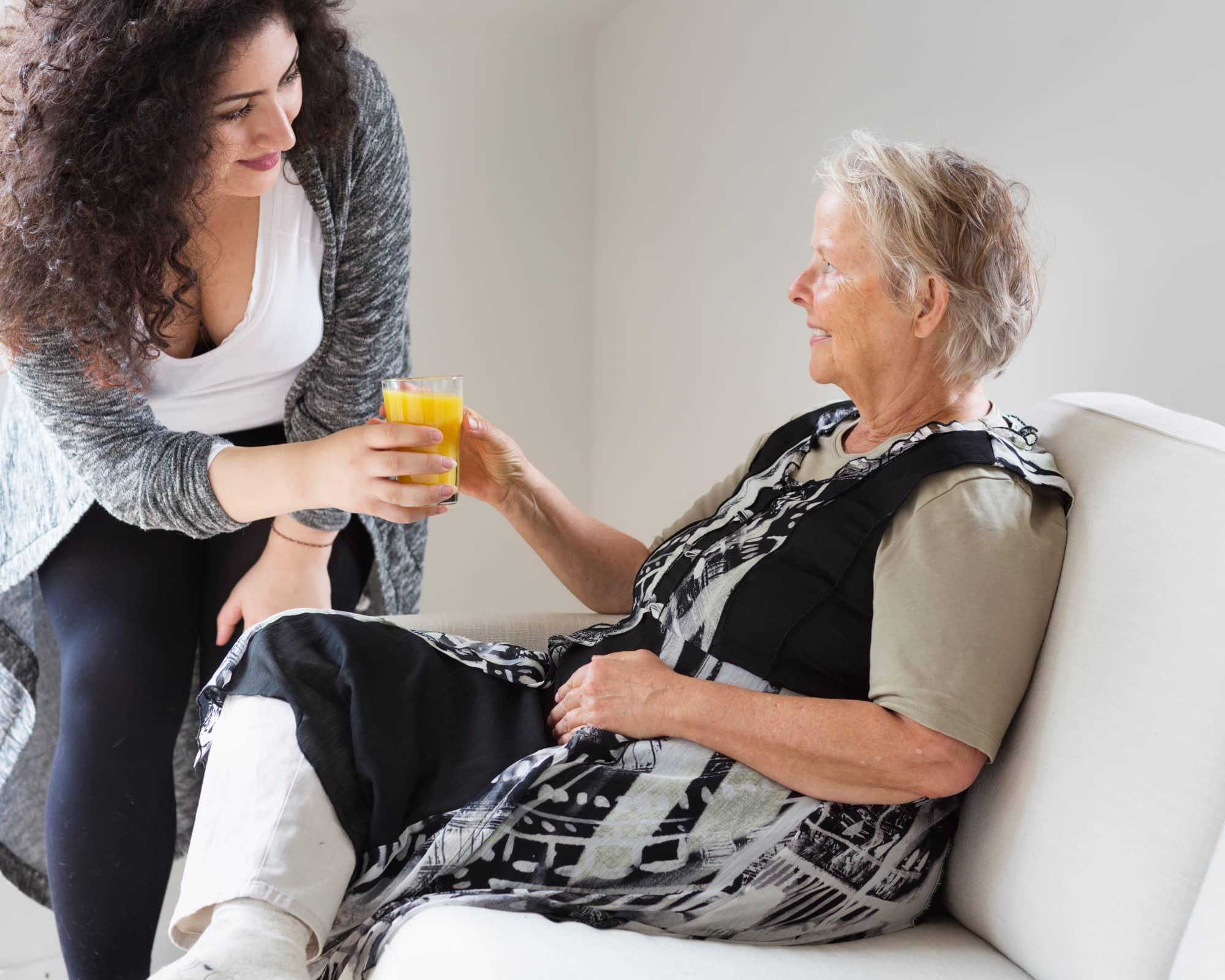 faciliter la vie des aidants habit senior aidant donnant à boire à un senior
